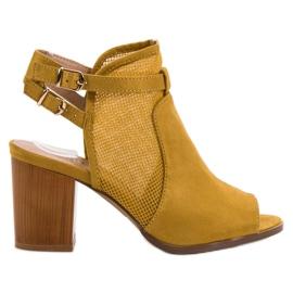 Evento žlutý Stylové budovy s sandály