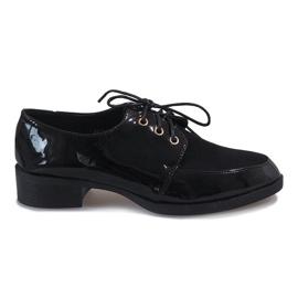 Černé lakované boty na jemné podpatku J1116 černá