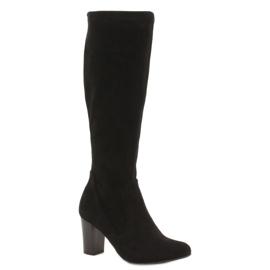 Caprice protahuje ženské boty černá