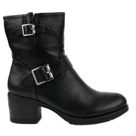 Černé boty na sloupku izolované C227-2 černá