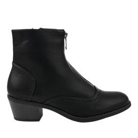 Černé boty na sloupku izolované AB1047 černá